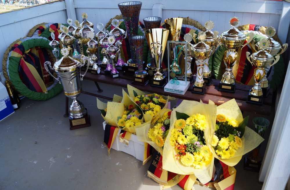 Pokale und Kränze des Bergringrennen zu Pfingsten in Teterow