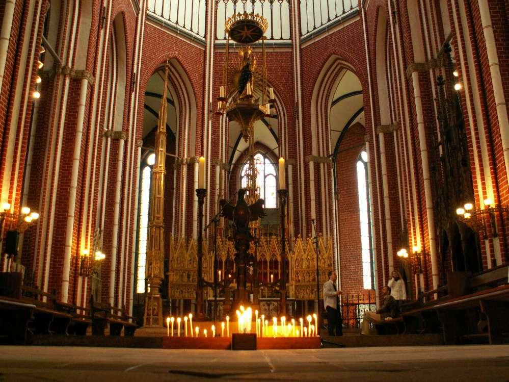 Münster in Bad Doberan mit brennenden Kerzen zum Gedenken