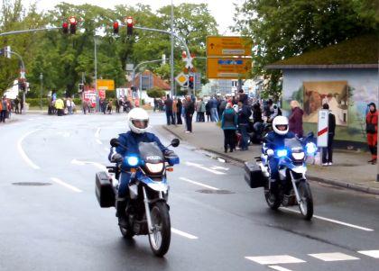Motorradfahrer an der Mollikreuzung in Bad Doberan zum Start der Ausfahrt des Bikergottesdienst 2014