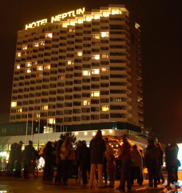Demonstranten vor dem Hotel Neptun zur Innenminsterkonferenz in Warnemünde 2012