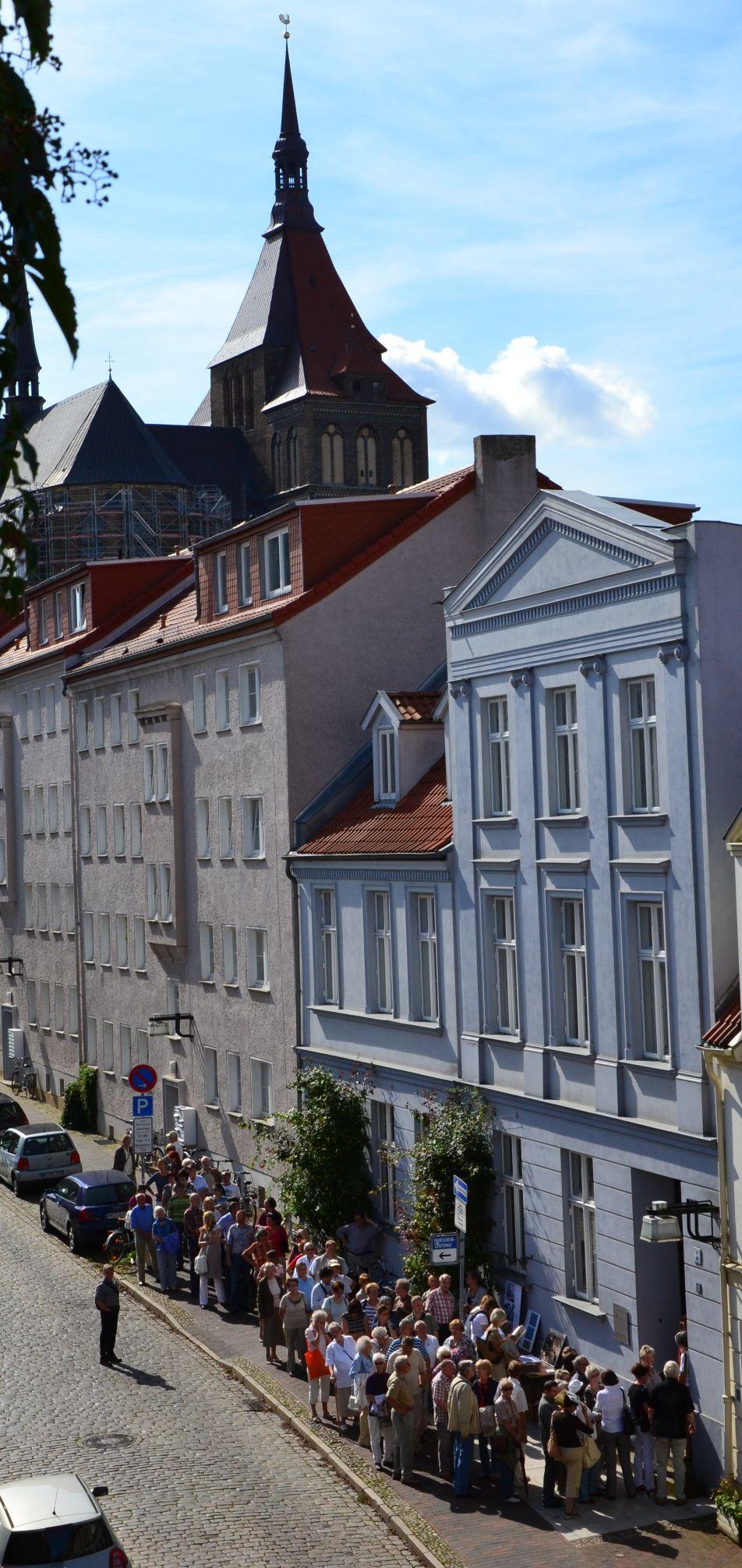 Wohn- und Geschäftshaus in der Koßfelderstraße am Tag des offenen Denkmals in Rostock - im Hintergrund die Marienkirche