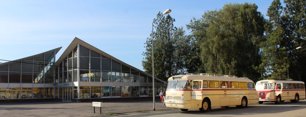 Stadtteilrundfahrt mit historischen Bussen - Zwischenhalt vor denkmalgeschütztem Müther-Schalenbau