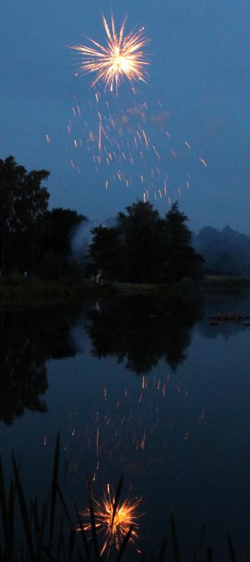 """Feuerwerk """"Schwanenteich in Flammen"""" beim Fischerfest am Schwanenteich in Reutershagen"""