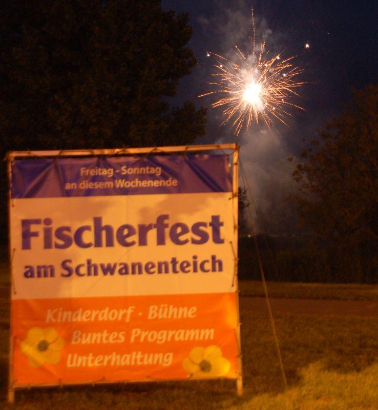 Fischerfest in Reutershagen mit Schwanenteich in Flammen