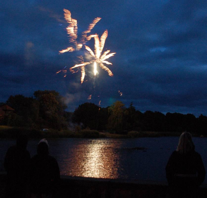 Schwanenteich in Flammen beim 51. Fischerfest in Reutershagen 2014