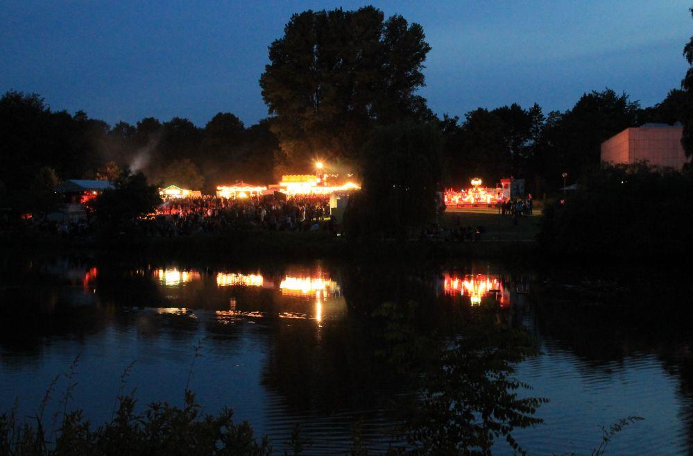 Schwanenteich in Flammen zum Fischerfest in Reutershagen