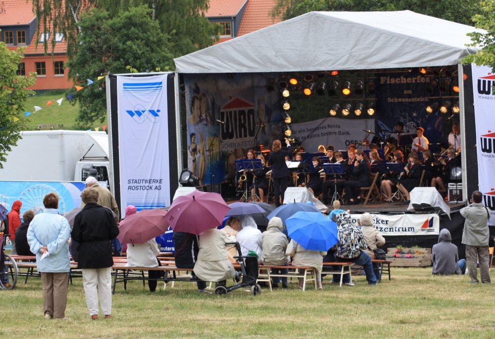 Jugendmusikkorps Rostock bei Regen zum Fischerfest in Reutershagen