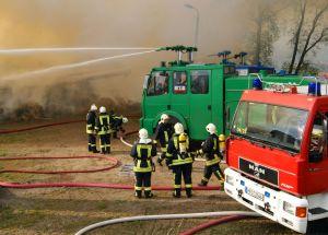 Großbrand-Einsatz für Polizei-Wasserwerfer in Lichtenhagen-Dorf beim Feuer in einem Pferde-Stallgebäude