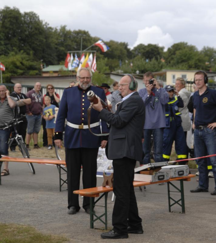 Böllern zur Paradefahrt und dem Abschluss-Historienschauspiel Der russische Zar Peter der Große im Jahr 1715 in Rostock während der 23. Hanse Sail 2013