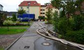 Maßnahmen gegen die Regenwasser-Überflutung in Rostock Evershagen-Dorf - Technisches HilfsWerk beim pumpen von Wasser