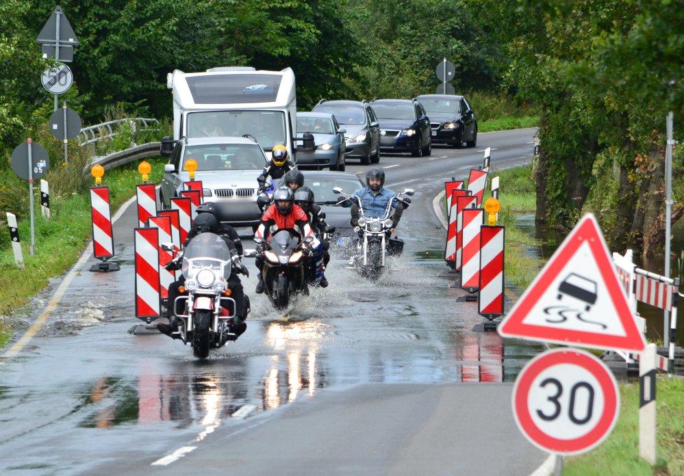 Motorradausfahrt auf der überschwemmten Bäder-Straße L22 zwischen Jürgeshof und Rostock-Nienhagen
