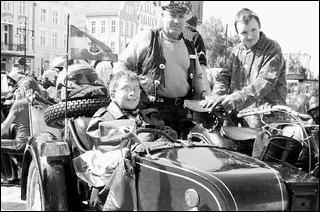 Motorrad-Chauffeur Hartmut Jeske mit seinen beiden Beifahrern Christopher und Felix