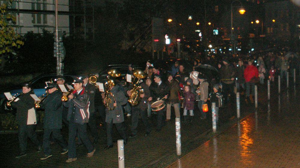 Laternenumzug mit der Blaskapelle der Freiwilligen Feuerwehr Laage in der Rostocker KTV