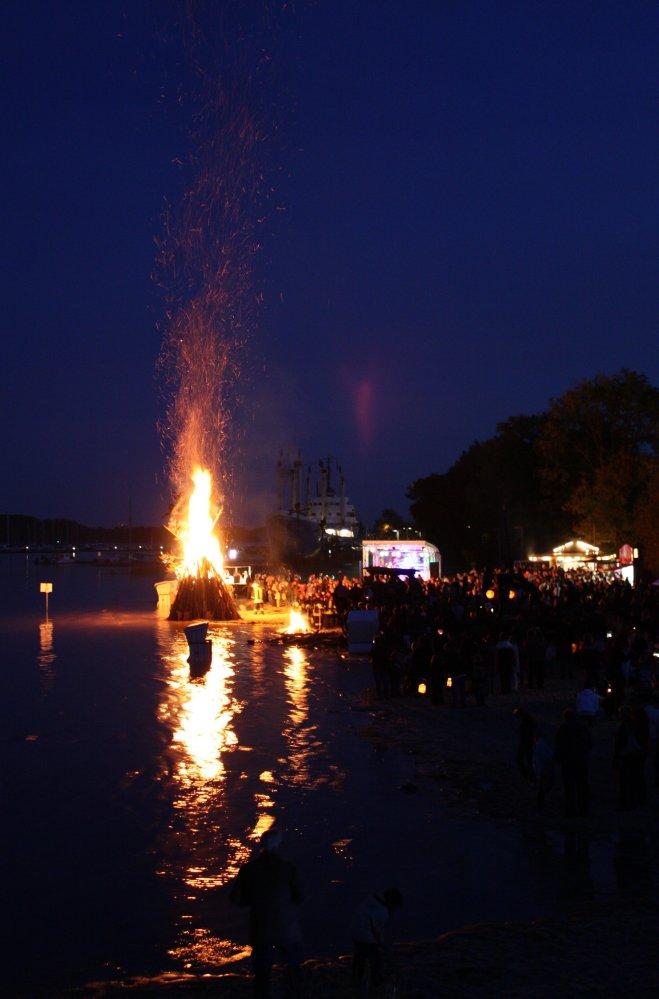 großes Lagerfeuer beim Laternenfest im IGA Park Rostock 2009