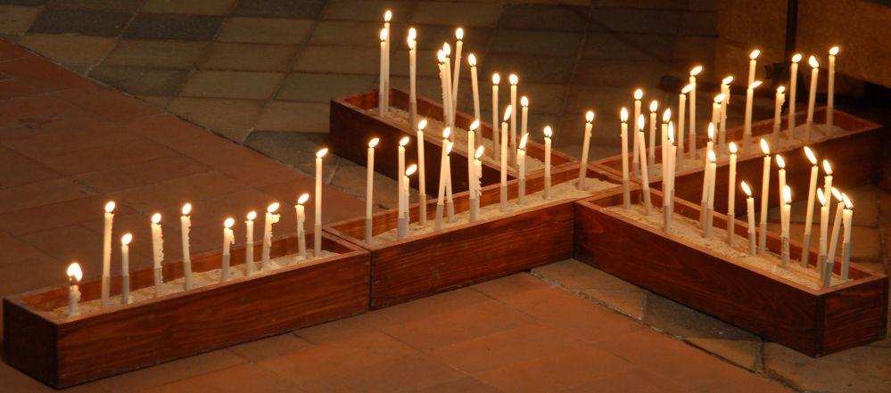 Kerzen im Gedenken an unvergessene Menschen im Jahr 2013