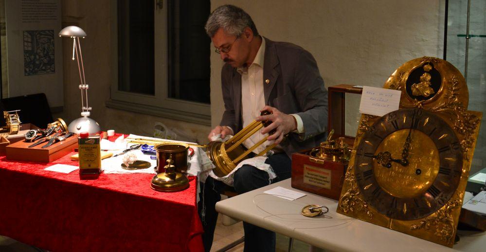 Uhrmachermeister Helmut Langner Aufarbeitung einer Uhr bei der Langen Nacht der Museen in Rostock 2011
