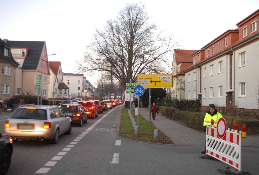 Hinweg zum Warnemünder Leuchtturm in Flammen 2014 zu Neujahr in Rostock