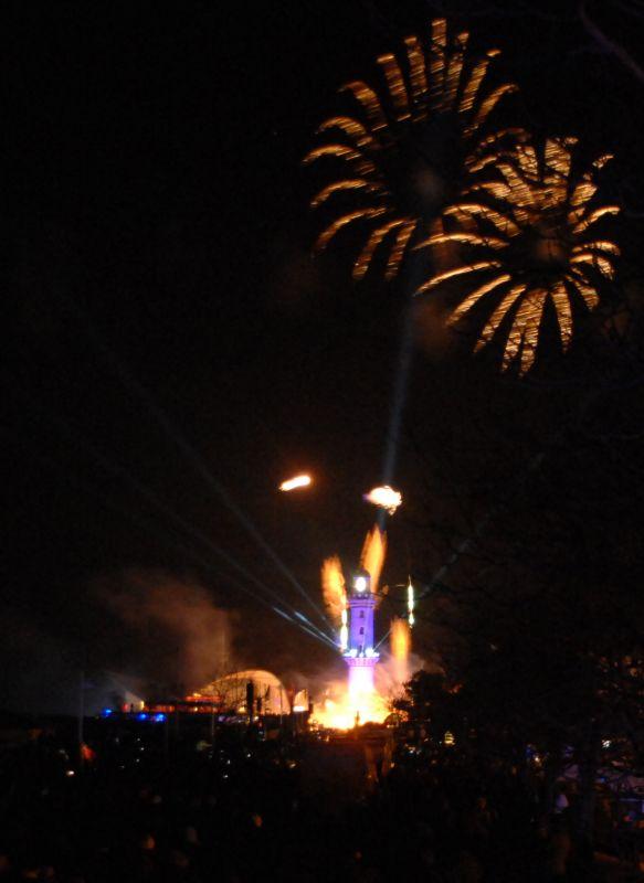Warnemünder Leuchtturm in Flammen 2014 zu Neujahr in Rostock