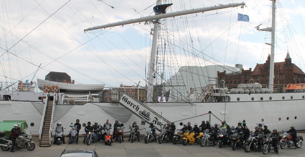 Teilnehmer der Motorrad-Pfingstausfahrt vor der Gorch Fock 1 in Stralsund