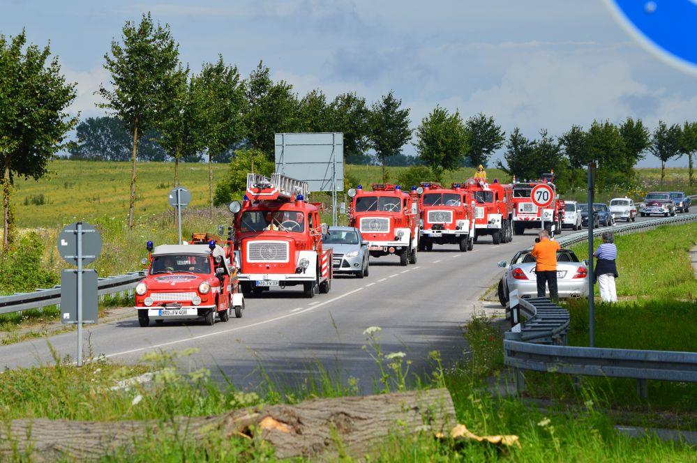 Ausfahrt der 15. Schwanenrallye 2014 von der Pferderennbahn Bad Doberan nach Kühlungsborn