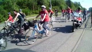Fahrradfahrer der Warnowtour 2014 auf der Rückfahrt vorbei am Fischerdorf